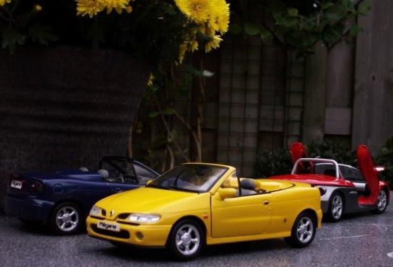 2431  570xfloat= 2433i38 Miniatury modele Renault Megane Cabrio oraz Renault Spiderresorowki megane resoraki megane modele w malej skali miniaturki megane cabrio male modele megane
